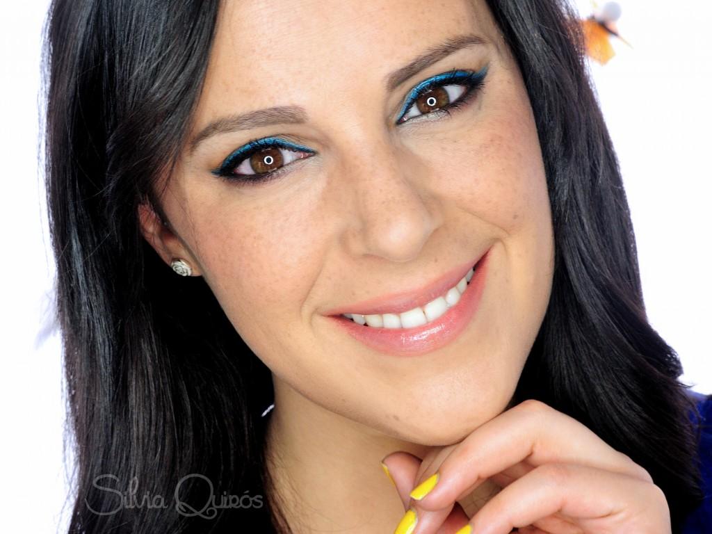 Maquillaje con pop de color para primavera, azul eléctrico