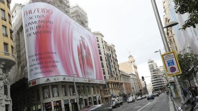 Shiseido coloca una lona en pleno Madrid contra la contaminación