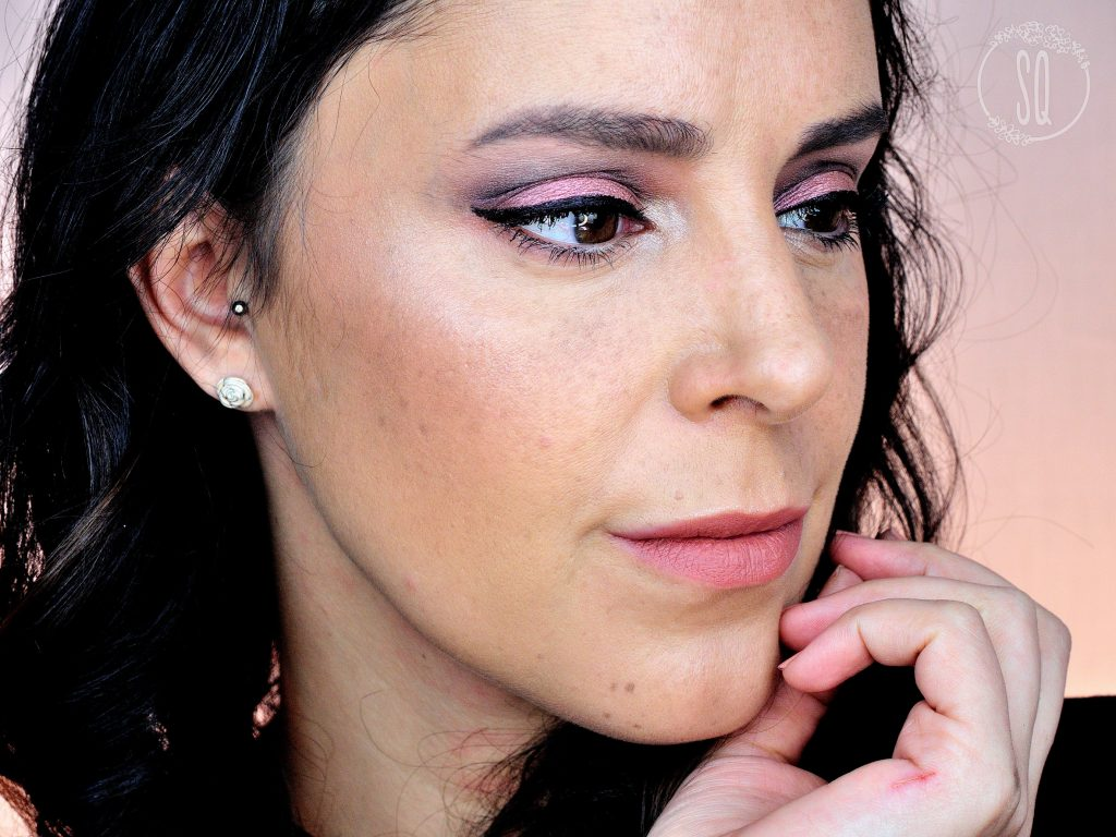 Maquillaje sexy rosa con banana cortada en negro