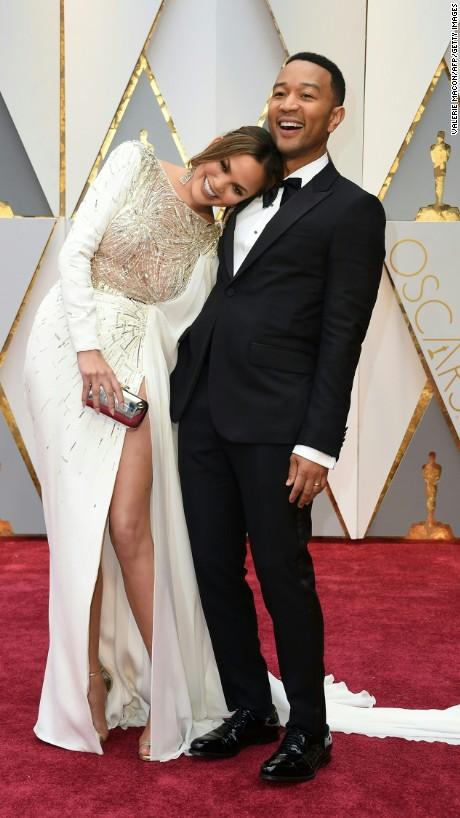 Chrissy Teigen en Zuhair Murad Couture and John Legend en Gucci