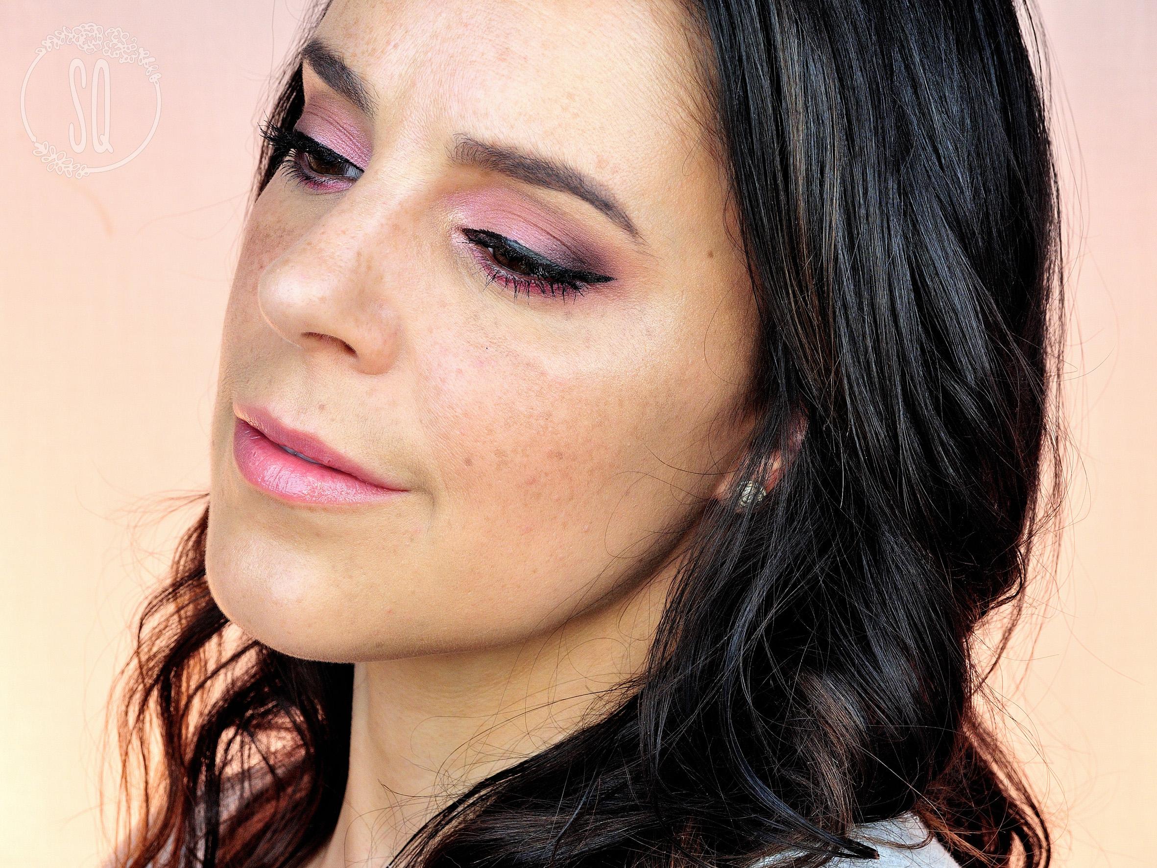 Maquillaje rosa y eyeliner, dulce y sexy